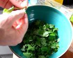 cortando hierbas ensalada