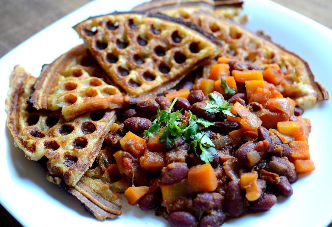 waffles de batata con chili de porotos
