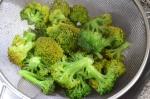 enfriando brócoli